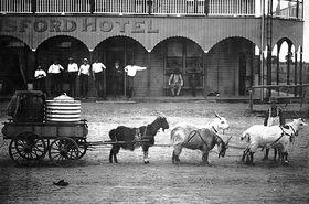 Isisford Hotel Australien - Transport von Wasser ca. 1900